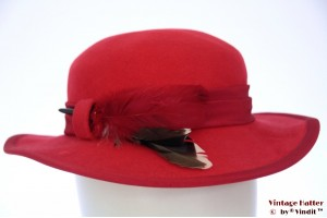 Ladies hat Favorite Modell red felt with feathers 55 (S)