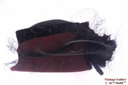 Dameshoed bordeaux paars en zwart met lange veren 56
