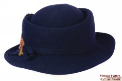 Dameshoed LadyLike donker blauw vilt met veren 55 (S)