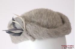 Cocktail hoed grijs haarvilt met veren 57