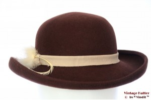 Ladies hat Marida brown felt with white feathers 54 (XS)