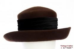 Dameshoed bruin vilt met zwarte fluwelen band 57