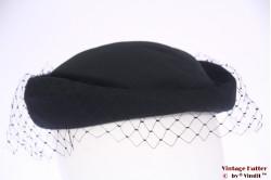 Dames pillbox hoedje met halve voile 55 (S)