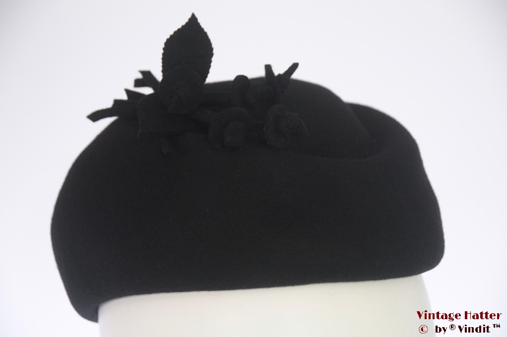 Cocktail hat black felt with felt flowers 55-56