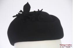 Cocktail hoed zwart vilt met vilten bloemen 55-56