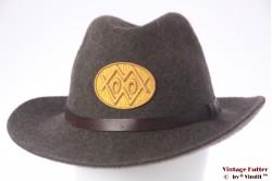 Outdoor hoed bruin wolvilt met geel embleem 57