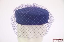 Pillbox hoed blauw met paarse sluier en strik 56