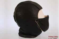 Vliegeniersmuts zwart leer met kinprotector 56
