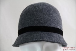 Cloche grey with black ribbon 54